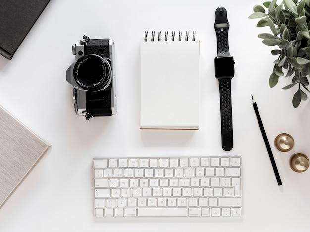 Escritorio con libreta y reloj