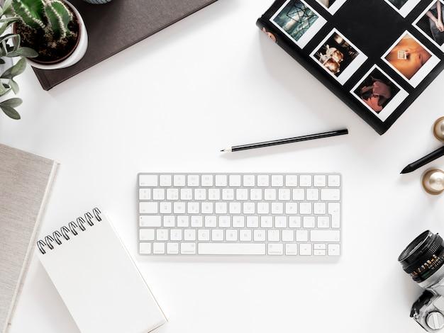 Escritorio con libreta y teclado