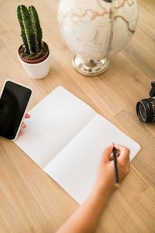 Escritorio con libreta y teléfono móvil