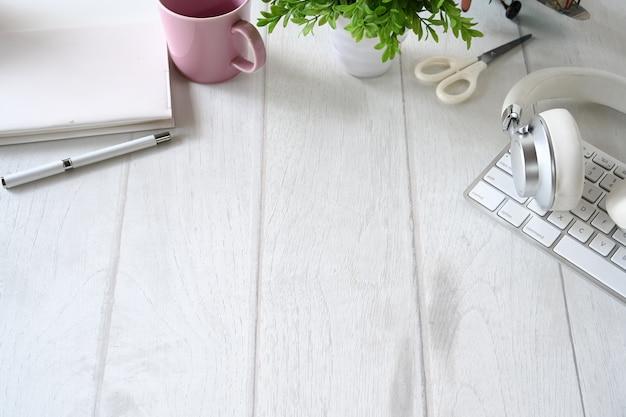 Escritorio de madera blanca, espacio de trabajo, material de oficina y espacio de copia.