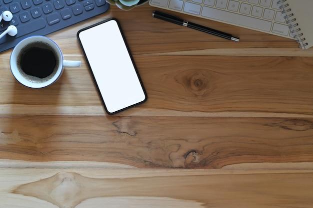 Escritorio de madera con espacio de copia de vista superior