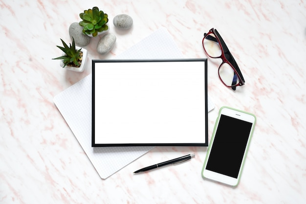 Escritorio de mármol plano para oficina con teléfono, teclado y cuaderno, marco para el fondo del espacio de texto