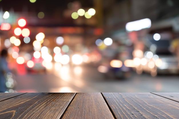 Escritorio marrón en el frente borroso colorido atasco de tráfico