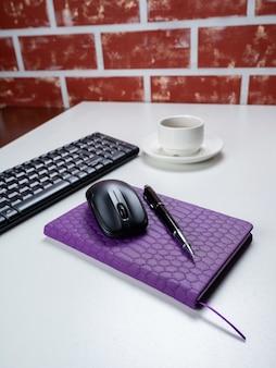 Escritorio de mesa de oficina. espacio de trabajo con cuaderno, teclado, material de oficina y taza de café sobre fondo blanco.