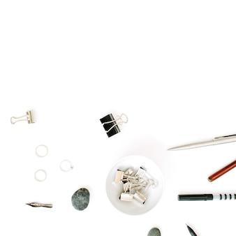 Escritorio de mesa de oficina con vista superior y endecha plana. espacio de trabajo femenino con bolígrafo, lápiz y clips