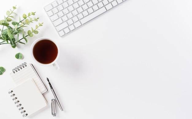 Escritorio de mesa de oficina de vista superior con espacio de trabajo y teclado