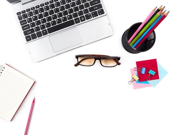 Escritorio y mesa de sobremesa blancos modernos y modernos con laptop, gafas y otros suministros