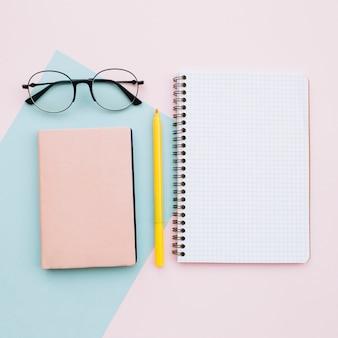 Escritorio moderno sobre fondo de colores pastel