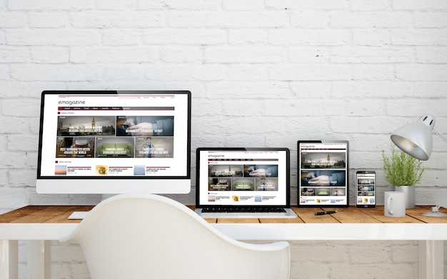 Escritorio multidispositivo con sitio web de revista electrónica en pantallas. representación 3d.