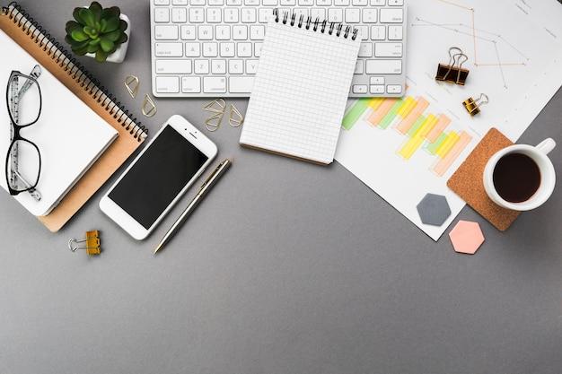 Escritorio de negocios con artículos de oficina