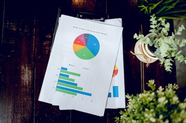 Escritorio de negocios con cuaderno de negocios, papel cuadriculado, bolígrafo en el escritorio