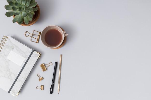 Escritorio de negocios con elementos de oficina