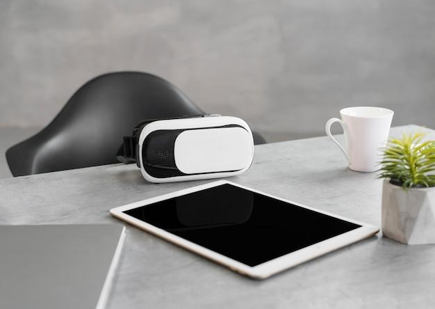 Escritorio de negocios moderno con casco de realidad virtual
