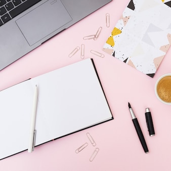 Escritorio con objetos