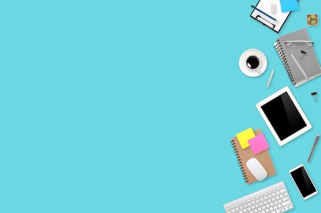 Escritorio de oficina de área de trabajo de vista plana o vista superior con computadora portátil, taza de café y teléfono con antecedentes comerciales