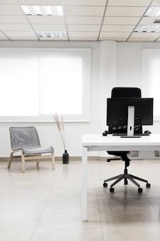 Escritorio de oficina con arreglo de computadora