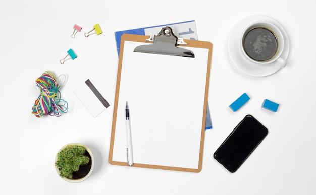 Escritorio de oficina en blanco con espacio de copia