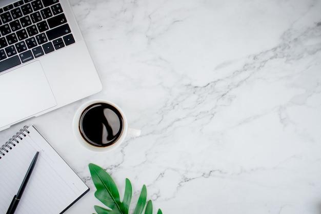 Escritorio de oficina blanco moderno con computadoras portátiles y accesorios