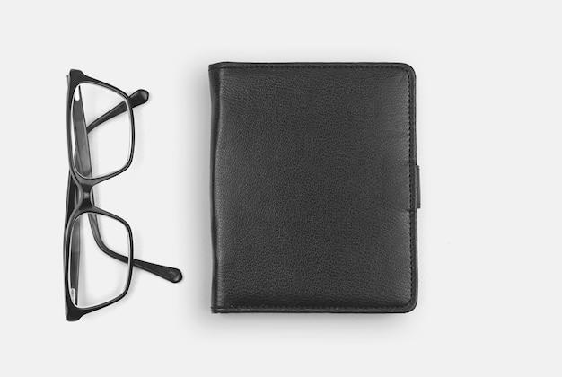 Escritorio de oficina con bloc de notas de cuero y gafas, concepto de espacio de trabajo empresarial, espacio de copia