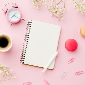 Escritorio de oficina con café y artículos de papelería.