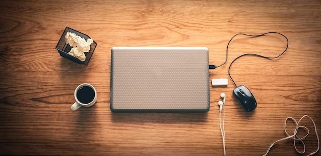 Escritorio de oficina con café y computadora.