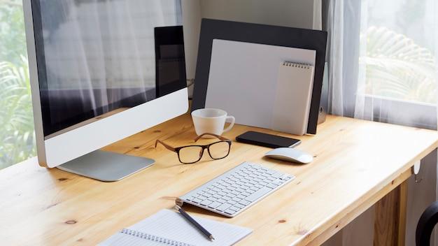 Escritorio de oficina en casa con la computadora.