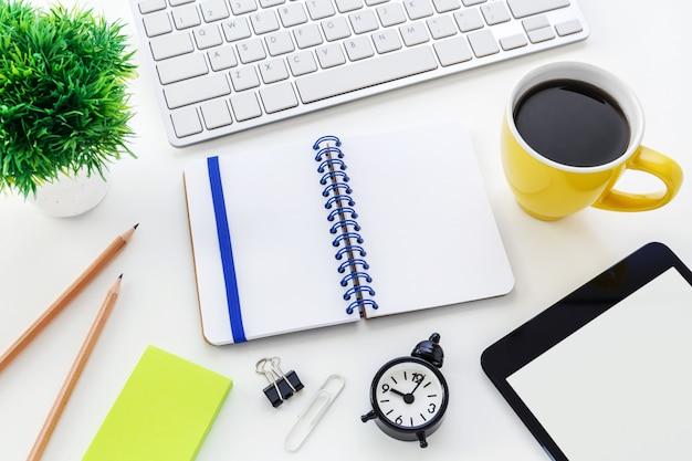 Escritorio de oficina de computadora con cuaderno en blanco