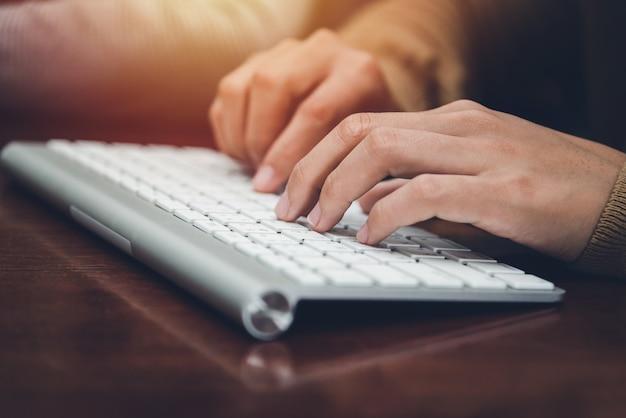 Un escritorio en una oficina con una computadora portátil que está escribiendo un blog