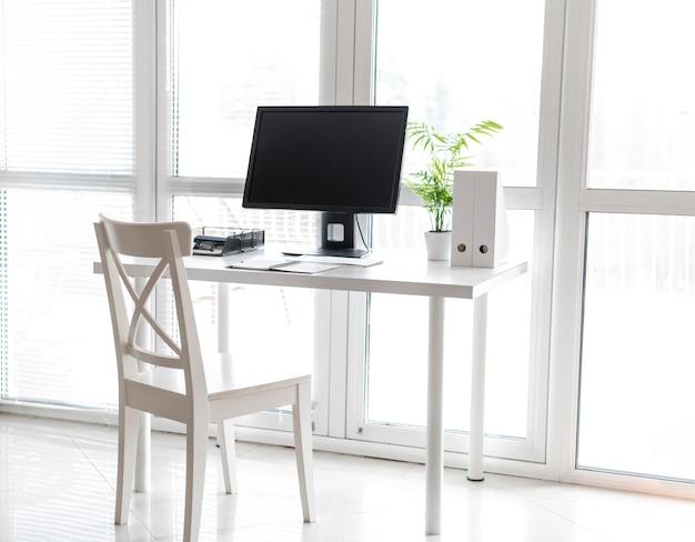 Escritorio de oficina con computadora