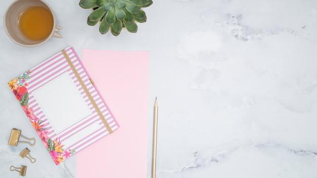 Escritorio de oficina con un cuaderno