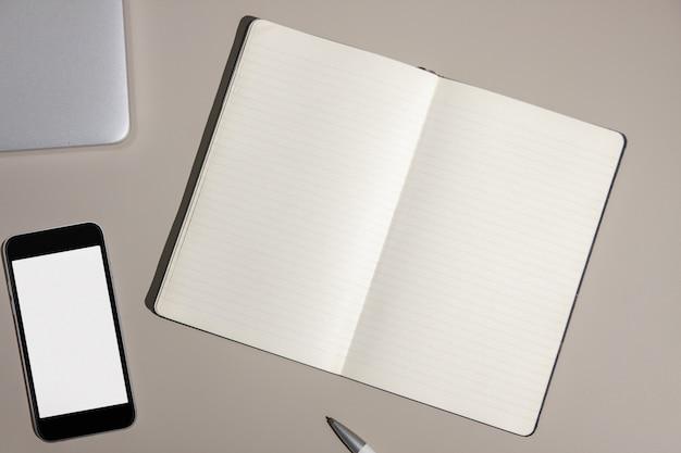 Escritorio de oficina con dispositivos y suministros.