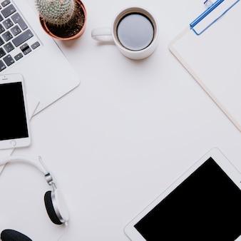 Escritorio de oficina con espacio cuadrado en medio