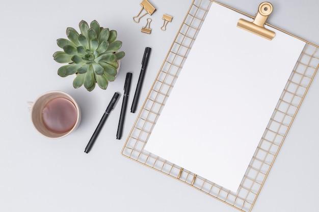 Escritorio de oficina con una hoja de papel