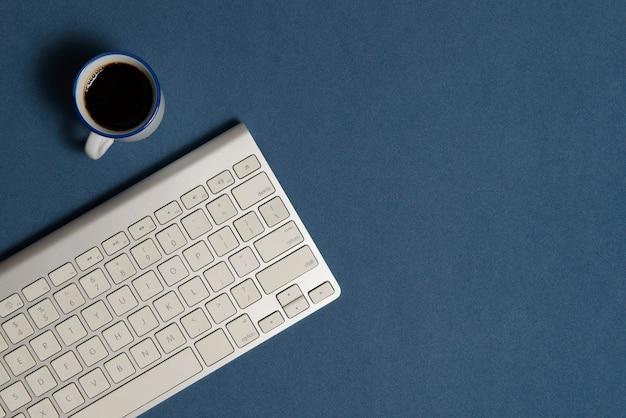 Escritorio de oficina con juego de fondo azul.