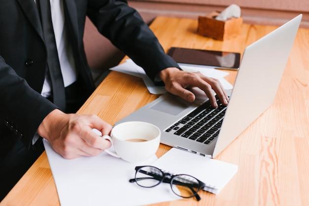 Escritorio de oficina con laptop y café.