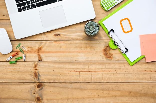 Escritorio de oficina con laptop y teclado
