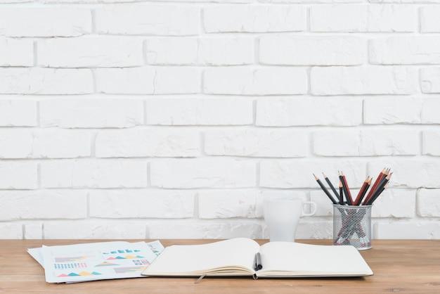 Escritorio de oficina con una libreta