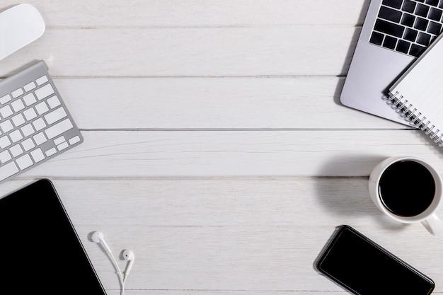 Escritorio de oficina de madera con vista superior y plano.