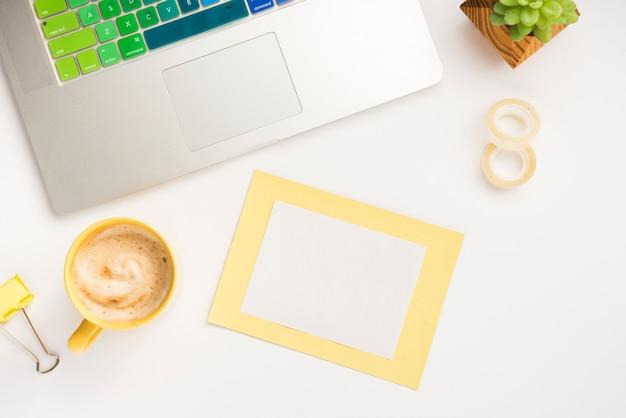 Escritorio de oficina con maqueta de notas