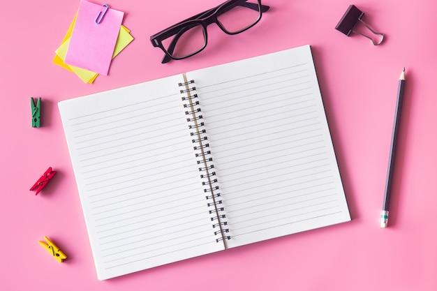 Escritorio de oficina con material de oficina