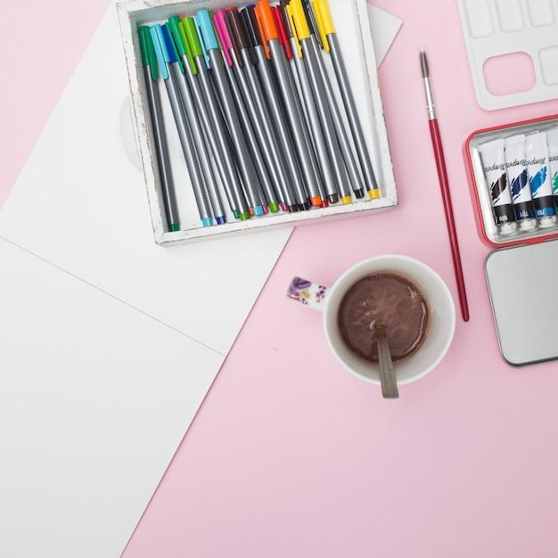 Escritorio de oficina con materiales de dibujo
