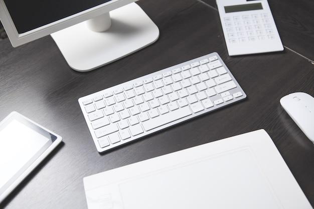 Escritorio de oficina moderno. lugar de trabajo empresarial. concepto de negocio