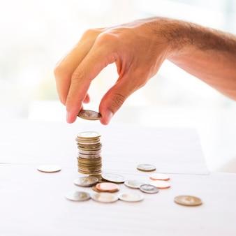 Escritorio de oficina con monedas apiladas