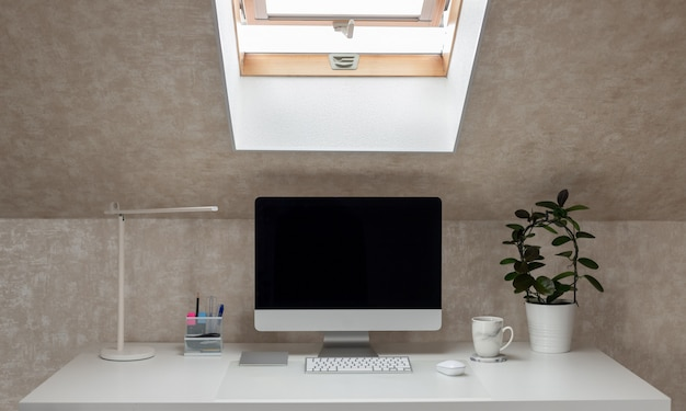 Escritorio de oficina con monitor, lámpara de mesa y taza de café trabajando en casa pausa café horizontal