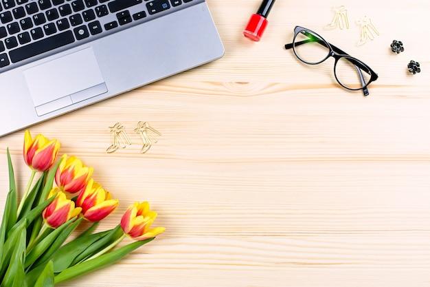 Escritorio de oficina para mujer con cuadernos, computadora portátil, decoración y accesorios, vista superior, espacio de copia