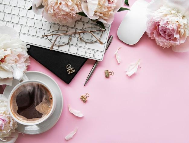 Escritorio de oficina para mujeres con vista superior plana endecha con flores