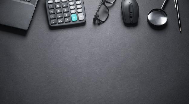 Escritorio de oficina negro. lugar de trabajo empresarial
