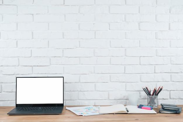 Escritorio de oficina con ordenador portátil y analíticas