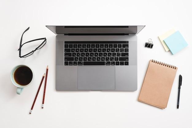 Escritorio de oficina con ordenador portátil y una libreta