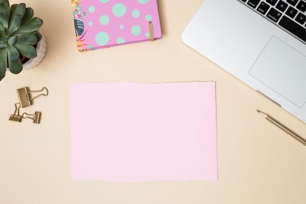 Escritorio de oficina con ordenador portátil y otros elementos